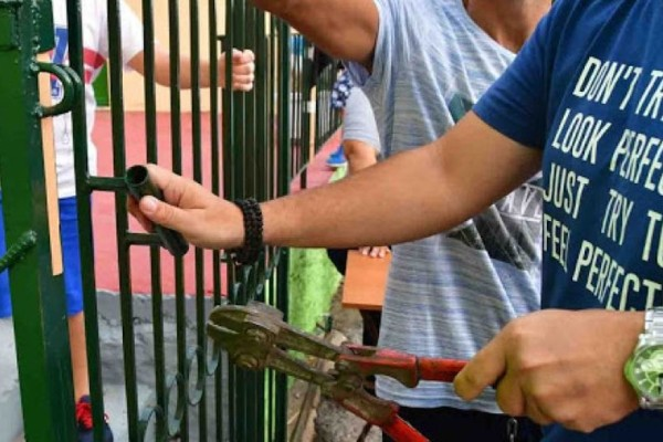 Απίστευτο περιστατικό στην Αργολίδα: Παραβίασαν την εξώπορτα για να κάνουν αγιασμό στο σχολείο! (photos+video)