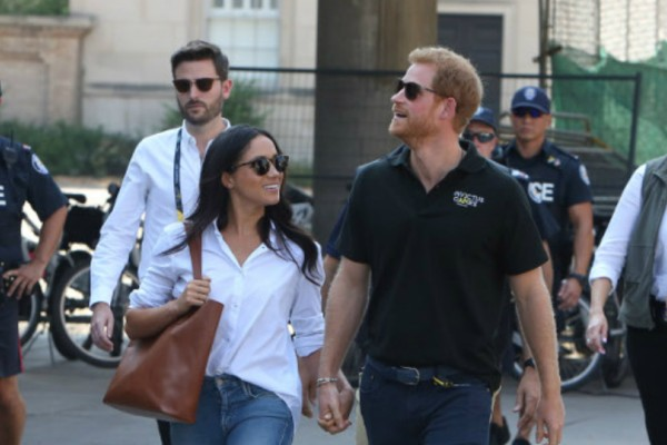 Είναι πλέον επίσημο! Χεράκι-χεράκι ο πρίγκιπας Χάρι και η Μέγκαν Μαρκλ  σε δημόσια εμφάνιση τους! (Photos)