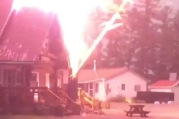 Απίστευτο video: Κεραυνός χτυπά δέντρο και προκαλεί πανικό!
