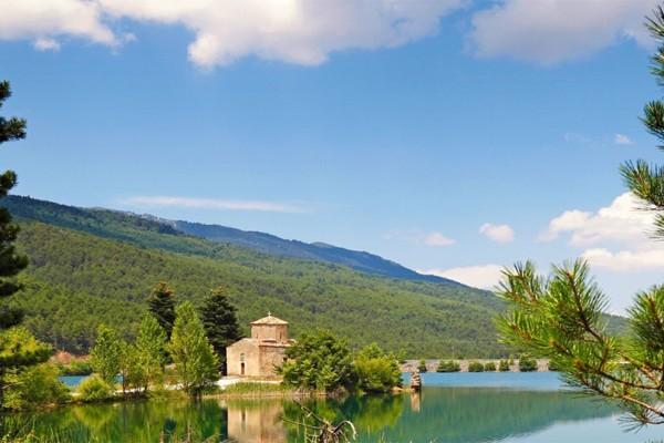 Λίμνη Δόξα: Η λίμνη που στο βυθό της κρύβει ένα εικονοστάσι!