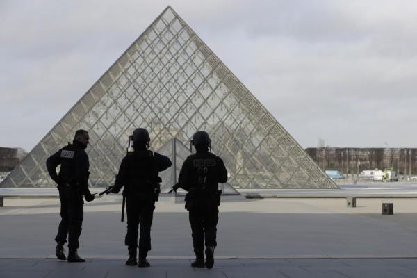 Συναγερμός στο Παρίσι: Εκκενώνεται το Λούβρο!