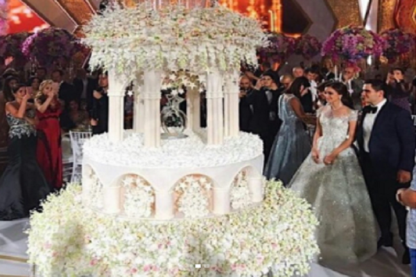 Σκηνικό χλιδής και υπερβολής: Φίλος του Πούτιν πάντρεψε τον γιο του σε έναν γάμο υπερπαραγωγή -  Η τούρτα των 4,5 μέτρων (Photos)