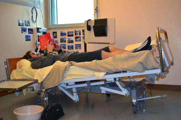 Το πιο περίεργο... πείραμα: Περνάς 60 ημέρες ανάσκελα στο κρεβάτι με το κεφάλι κάτω και τα χέρια ψηλά! (Photos)