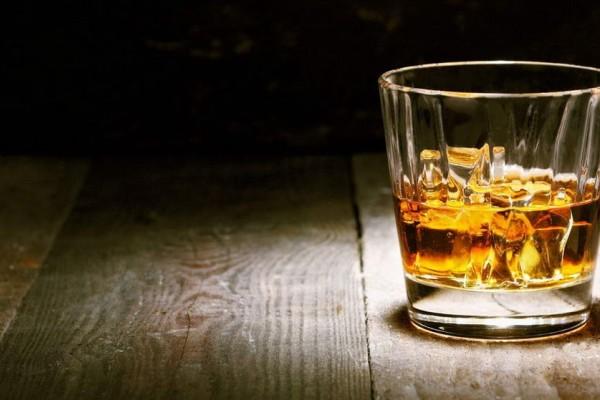 Προτιμάτε το ουίσκι; Τότε πρέπει πάντα να το πίνετε με νερό!