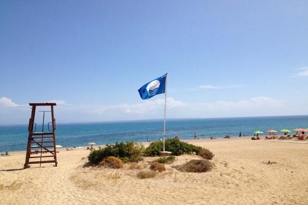 Αυτές είναι οι 19 παραλίες της χώρας στις οποίες αφαίρεσαν τις Γαλάζιες Σημαίες!