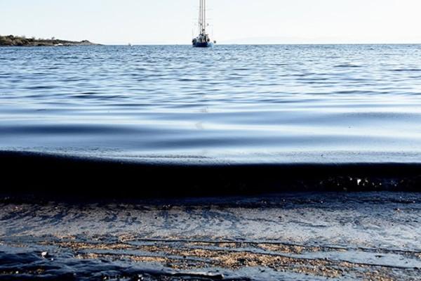 Εικόνες ντροπής από το Π. Φάληρο: Όλες οι παραλίες είναι σκεπασμένες με ένα μαύρο στρώμα πίσσας και πετρελαίου! (photos - video)