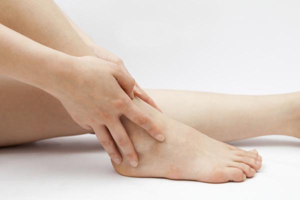 Ποιες παθήσεις μπορεί να κάνουν τα πόδια σου να πρήζονται;