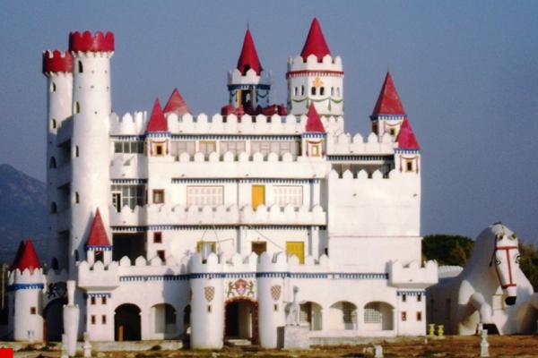 Το ξεχασμένο «κάστρο των παραμυθιών» που θυμίζει Disneyland και βρίσκεται στα... Φιλιατρά! (Photos)