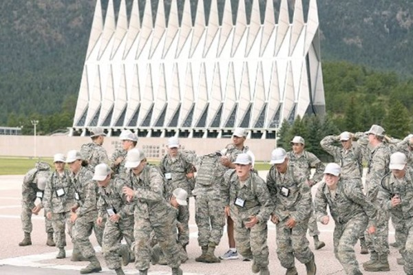 Διευθυντής στρατιωτικής ακαδημίας δίνει την καλύτερη απάντηση στους ρατσιστές (video)