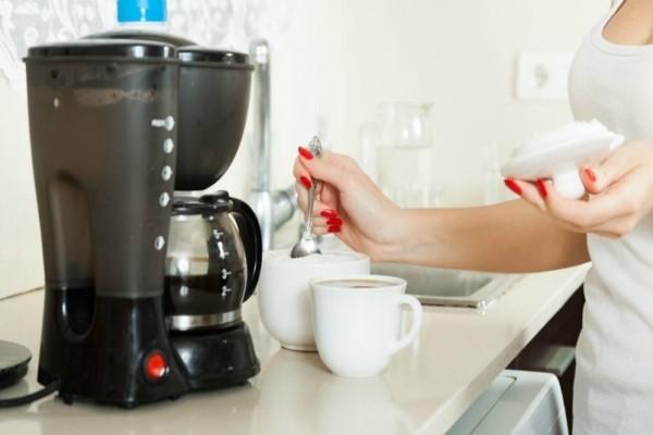 Ένα εύκολο κόλπο για να κάνεις την καφετιέρα να μοιάζει καινούρια! - Πώς θα απομακρύνεις τα άλατα και τα μικρόβια !