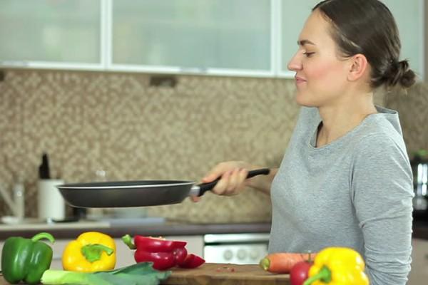 Ξεραμένα λίπη στο τηγάνι; Υπάρχουν 3 τρόποι να τα ξεφορτωθείτε!