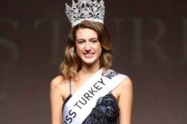 Απίστευτο! Καθαίρεσαν την Μις Τουρκία για ένα tweet!