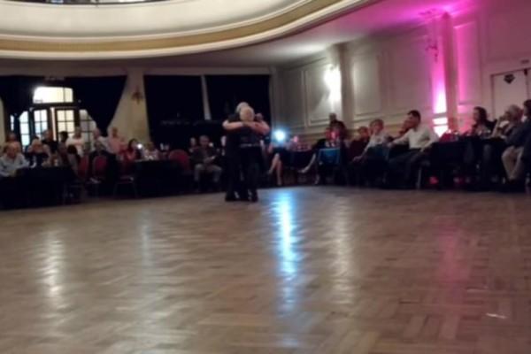 Μας που χορεύουν πάγο ζευγάρι ραντεβού