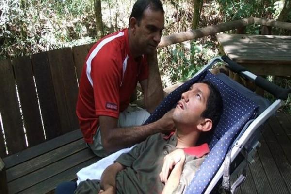 Απίστευτο: Πατέρας... αυνανίζει τον ανάπηρο γιο του για θεραπεία! Η συγκλονιστική ιστορία που κάνει τον γύρο του διαδικτύου! (photos)