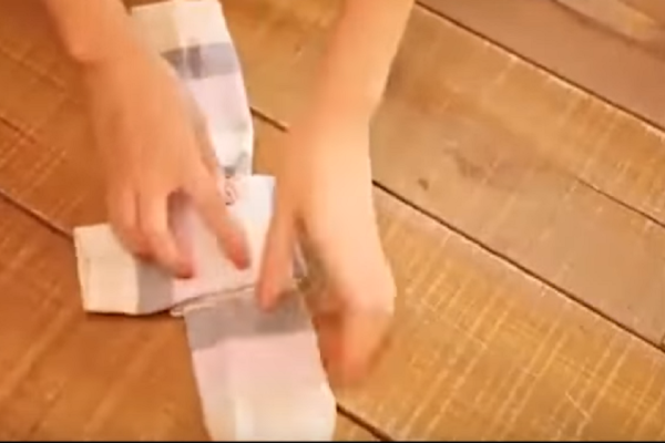 Ένα εύκολο και χρήσιμο κόλπο για να διπλώνετε γρήγορα τις κάλτσες! (Video)
