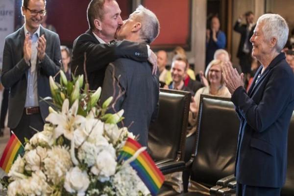 Είναι γεγονός: Ο πρώτος γκέι γάμος στην Γερμανία! Παντρεύτηκαν μετά από 30 χρόνια σχέσης