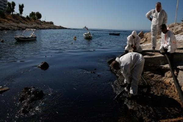 Δύο μήνες μετά το ναυάγιο του δεξαμενόπλοιου παραμένει η ρύπανση από την πετρελαιοκηλίδα