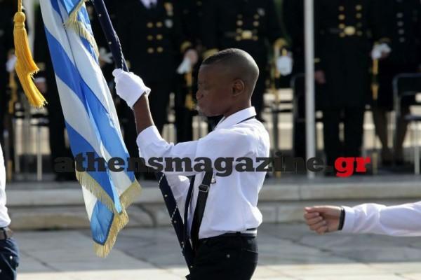 Παρέλαση 28ης Οκτωβρίου: Ο σημαιοφόρος από την Αφρική που μαγνήτισε τα βλέμματα στο Σύνταγμα!
