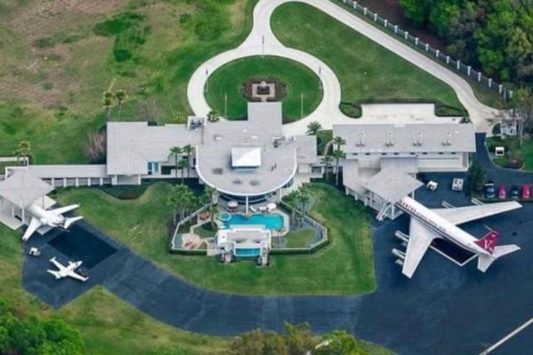Το ασύλληπτο παλάτι του John Travolta που διαθέτει μέχρι και... αεροδρόμιο! Θα πάθετε πλάκα με το εσωτερικό του (photos)