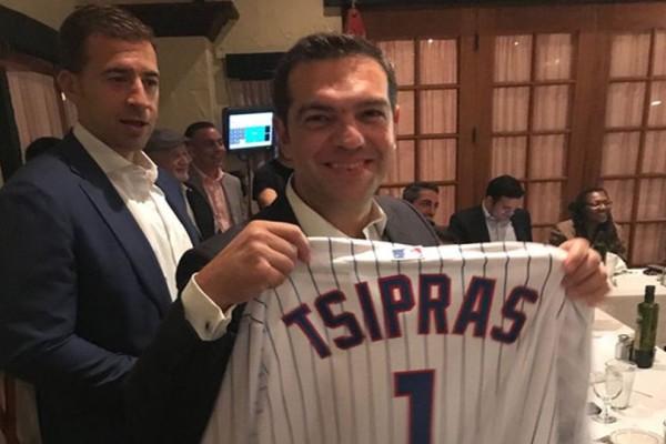 Στις ΗΠΑ ο Αλέξης Τσίπρας: Η φανέλα της ομάδας μπέιζμπολ του Σικάγο με το όνομά του! (photos)