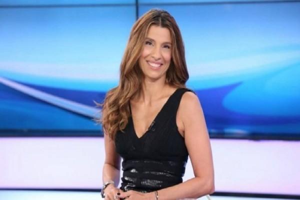 Πόπη Τσαπανίδου: Δείτε την παρουσιάστρια στο σπίτι της να ποζάρει με φόρμες και ξυπόλητη! (Photo)