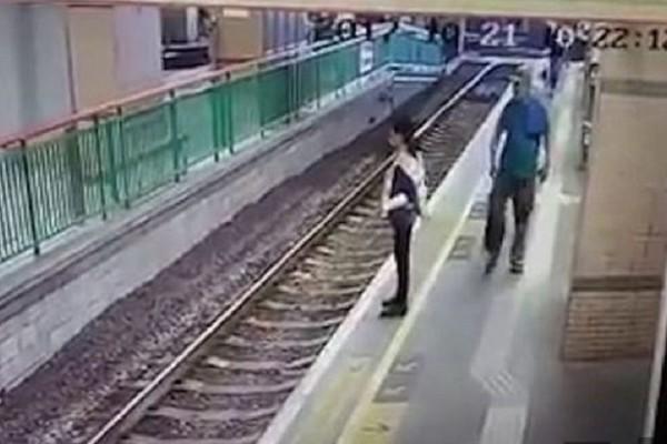 Σοκαριστικό βίντεο: Δείτε την στιγμή που άνδρας σπρώχνει μια γυναίκα στις ράγες του τρένου!