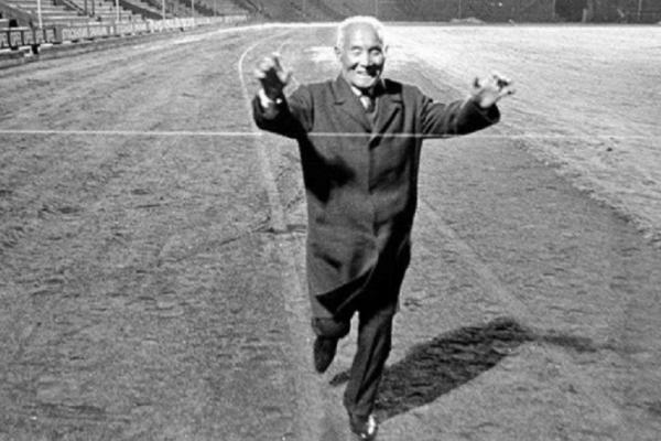 Η απίστευτη ιστορία ενός άνδρα που κατάφερε να τερματίσει τον μαραθώνιο μετά από 54 χρόνια!