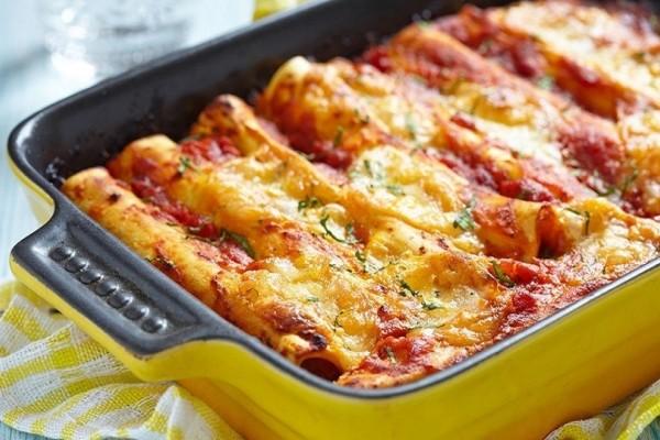 Μια συνταγή που θα σας... χορτάσει: Κανελόνια με κιμά, μελιτζάνες και ψητές πιπεριές!