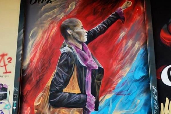 Μια συμβολική κίνηση: Γκράφιτι στη νομική έγινε η γυναίκα που «αντιστάθηκε» στους νεοναζί! (Photo)