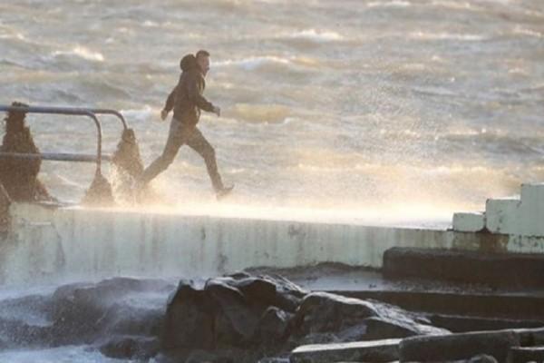 Συγκλονιστικό βίντεο: Η καταιγίδα Μπράιαν πλήττει την Ιρλανδία και προκαλεί καταστροφές!