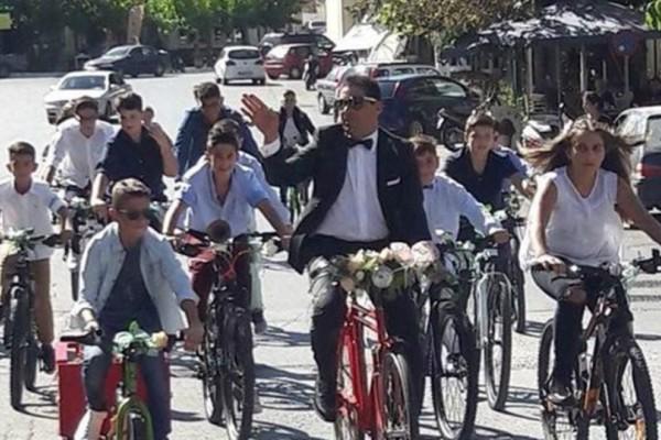 Κρήτη: Γαμπρός πήγε στην εκκλησία με… ποδήλατο συνοδευόμενος από τους μαθητές του!