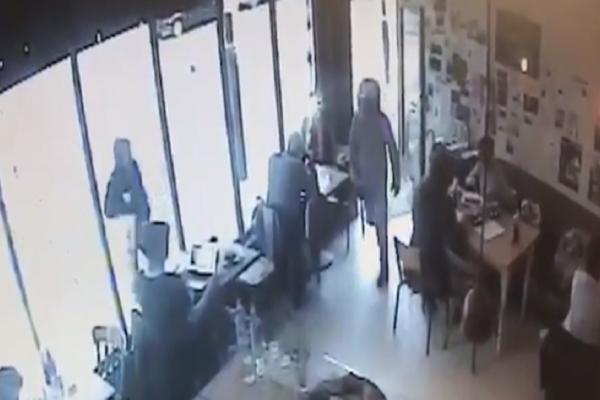 Σοκαριστικό βίντεο: Συμμορίες αρπάζουν λάπτοπ μέσα σε 10 δευτερόλεπτα! (Video)