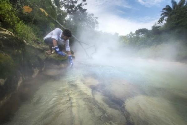 Απίστευτο βίντεο: Το… καυτό ποτάμι που σκοτώνει ό,τι πέσει μέσα του!