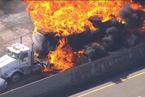 Συναγερμός στην Εθνική Οδό: Στις φλόγες βυτιοφόρο!