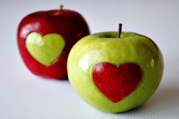 Ένα τέλειο κόλπο: Πως να καθαρίσετε ένα μήλο σε 3 δευτερόλεπτα! (Video)