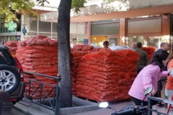 Ατελείωτες ουρές στο κέντρο της Αθήνας για ένα τσουβάλι πατάτες! (photos+video)