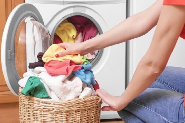 Πώς θα «σώσεις» το αγαπημένο σου ρούχο που ξέβαψε στο πλυντήριο; - Εύκολα tips που θα σου λύσουν τα χέρια!
