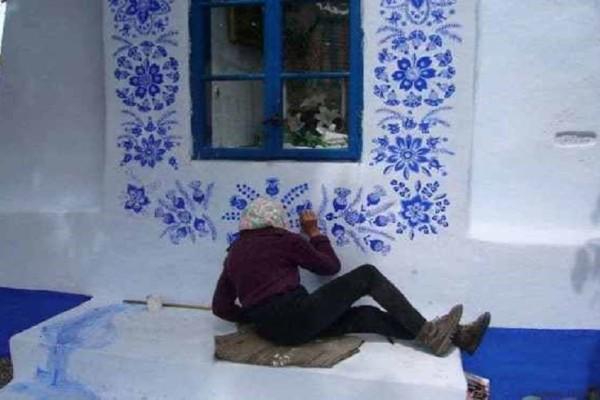 Η 90χρονη που έχει γίνει viral! - Έχει γεμίσει με σχέδια τους τοίχους του χωριού της! (Photo)