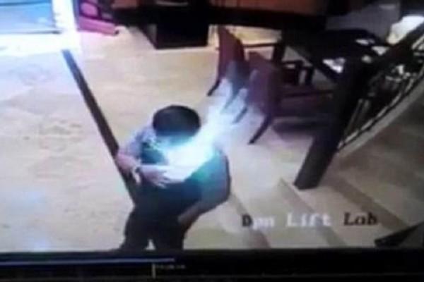 Βίντεο σοκ: Δείτε την στιγμή που smartphone εκρήγνυται στην τσέπη ενός άνδρα!