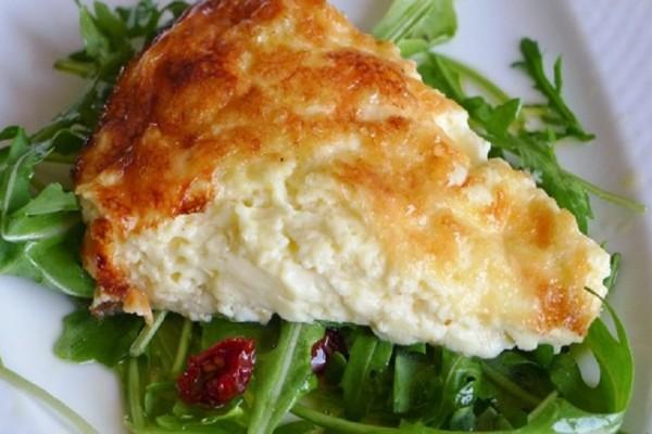 Ιδανική γα όλες τις ώρες: Φτιάξτε μια νόστιμη και γρήγορη τυρόπιτα χωρίς φύλλο! (Video)