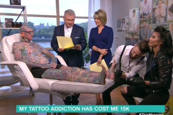 Έκανε στο σώμα του πάνω από 800 τατουάζ: Ακόμη και εκεί που φαντάζεστε! (video)