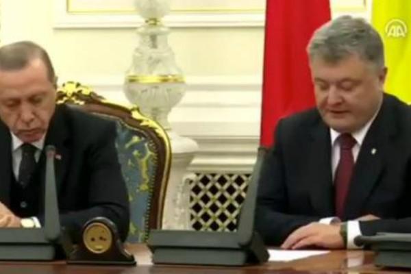 Ο Ερντογάν έδινε συνέντευξη Τύπου με τον πρόεδρο της Ουκρανίας και... αποκοιμήθηκε (video)