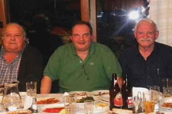 Καλοπερνάει: Χαλαρές στιγμές σε ταβέρνα της Κέρκυρας για τον Κωνσταντίνο Καραμανλή!