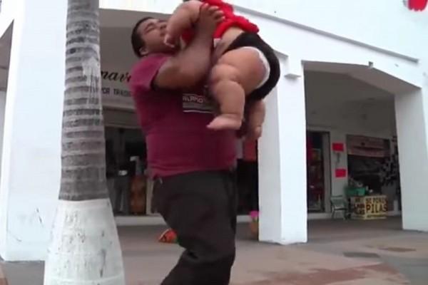 Απίστευτο κι όμως αληθινό: Μωρό - γίγαντας ζυγίζει 30 κιλά! (Video)