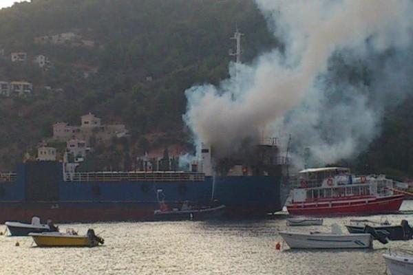 Στις φλόγες πλοίο ανοικτά του Σαρωνικού!