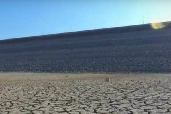 «Στέγνωσε» φράγμα στην Κρήτη - Εικόνες που θυμίζουν έρημο Σαχάρα (video)