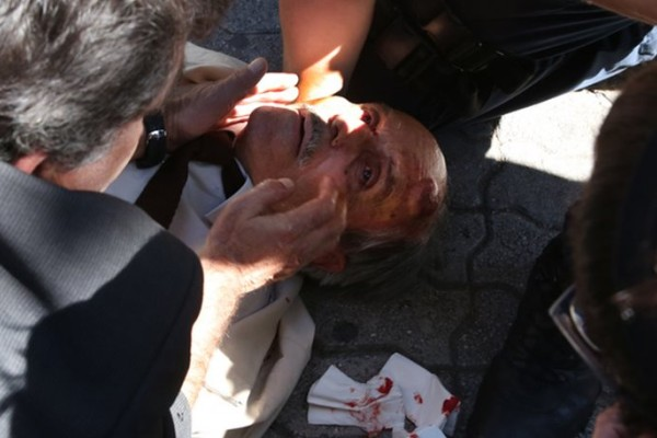 Απίστευτο! Άνδρας των ΜΑΤ έριξε ηλικιωμένο από τις σκάλες στην Ευελπίδων! (photos)