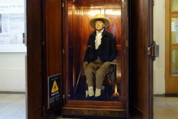 Το πιο τρομακτικό έκθεμα όλων των εποχών: Το κεφάλι του φιλόσοφου Τζέρεμι Μπένθαμ σε δημόσια... θέα! (Photos)