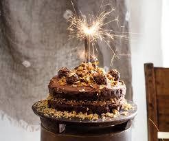 Κέικ με φουντούκια που ξεχειλίζει σοκολάτα