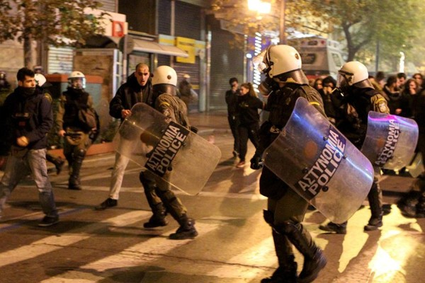 Απίστευτα επεισόδια στην Κόρινθο: Αντιεξουσιαστές πήραν στο κυνήγι αστυνομικούς... (photos)